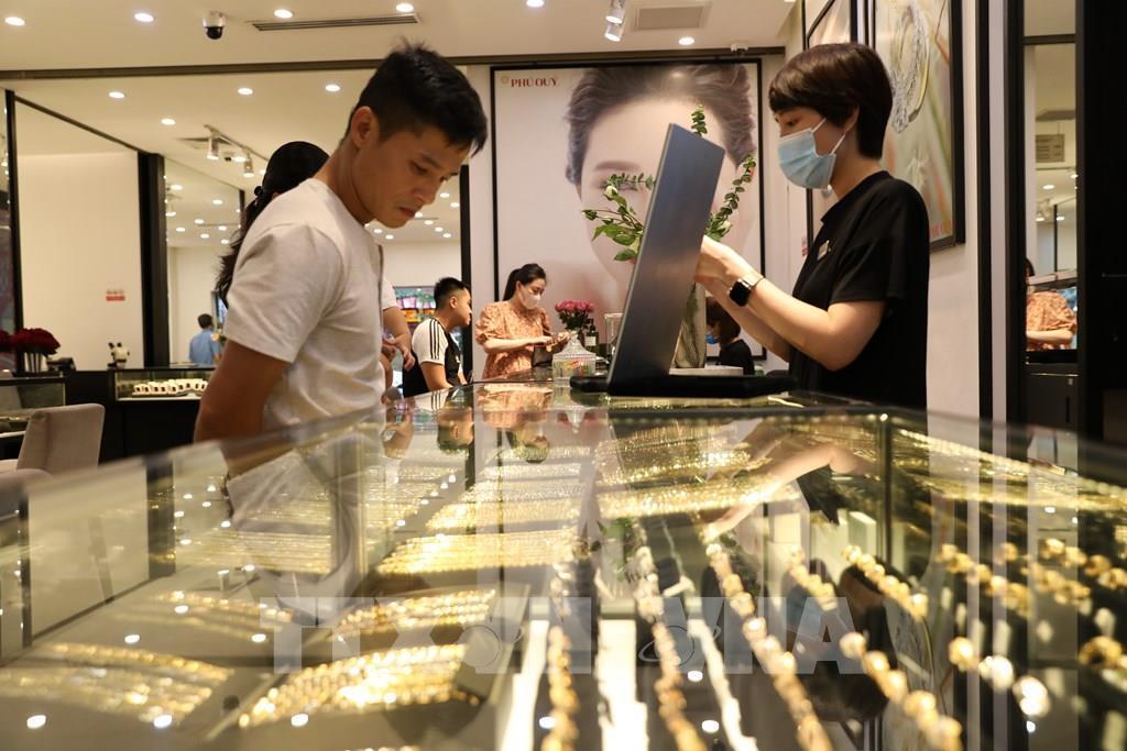 TT vàng 1/3: Vàng thế giới bật mạnh gần 1,5%; SJC giữ nhịp do chênh lệch quá lớn