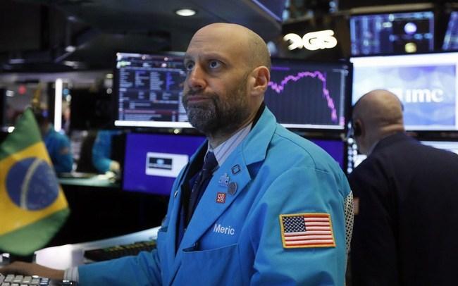 Phiên 4/3: Phố Wall đỏ lửa sau tuyên bố từ Fed; Dầu thô vọt mạnh