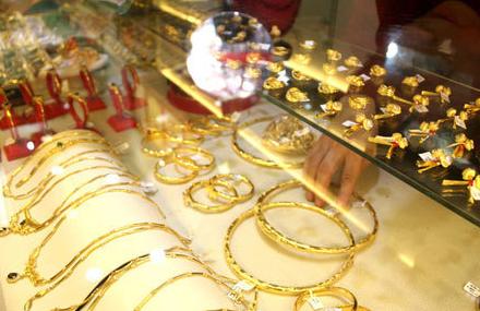 Vàng nội, vàng ngoại cùng nhích nhẹ, chênh lệch giá giữa hai thi trường vẫn ở ngưỡng cao