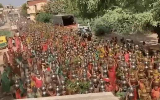 Hàng nghìn người Ấn Độ dự lễ cầu nguyện 'đuổi' Covid-19