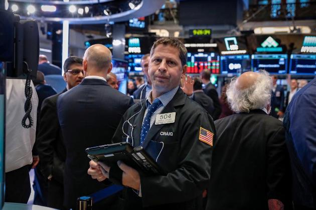 Phiên 18/10: Phố Wall trái chiều, cổ phiếu công nghệ vẫn giữ được sắc xanh; Dầu thô trụ đỉnh nhiều năm